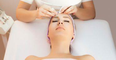 Mulher fazendo o procedimento de revitalização facial