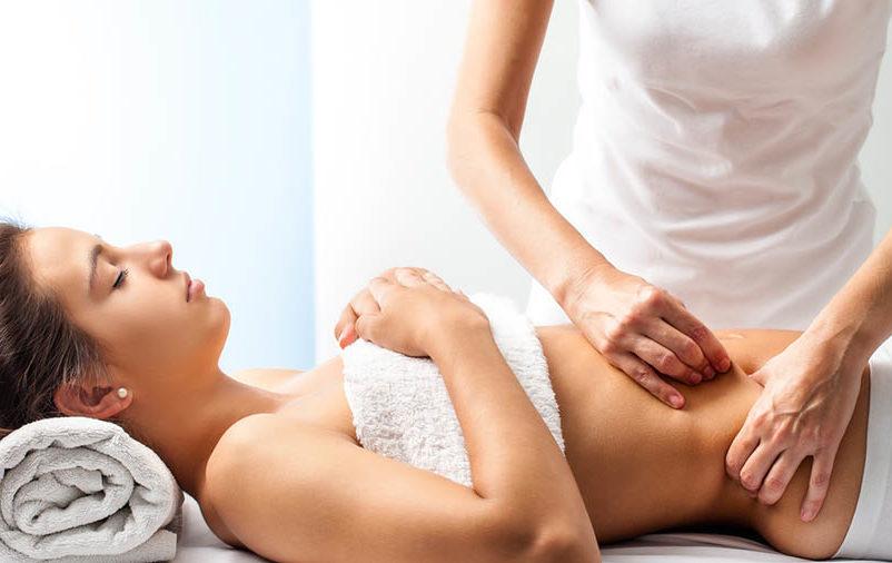Cliente e massagista durante uma sessão sobre como funciona a massagem modeladora